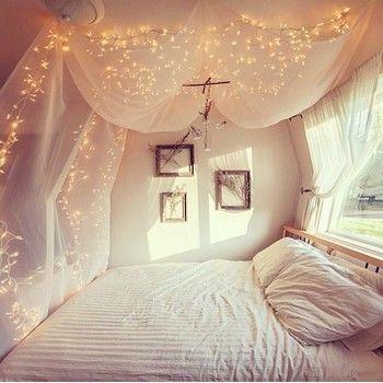 天蓋+照明で素敵な空間を演出しています。 幻想的でまるで物語の中のような寝室ですね。
