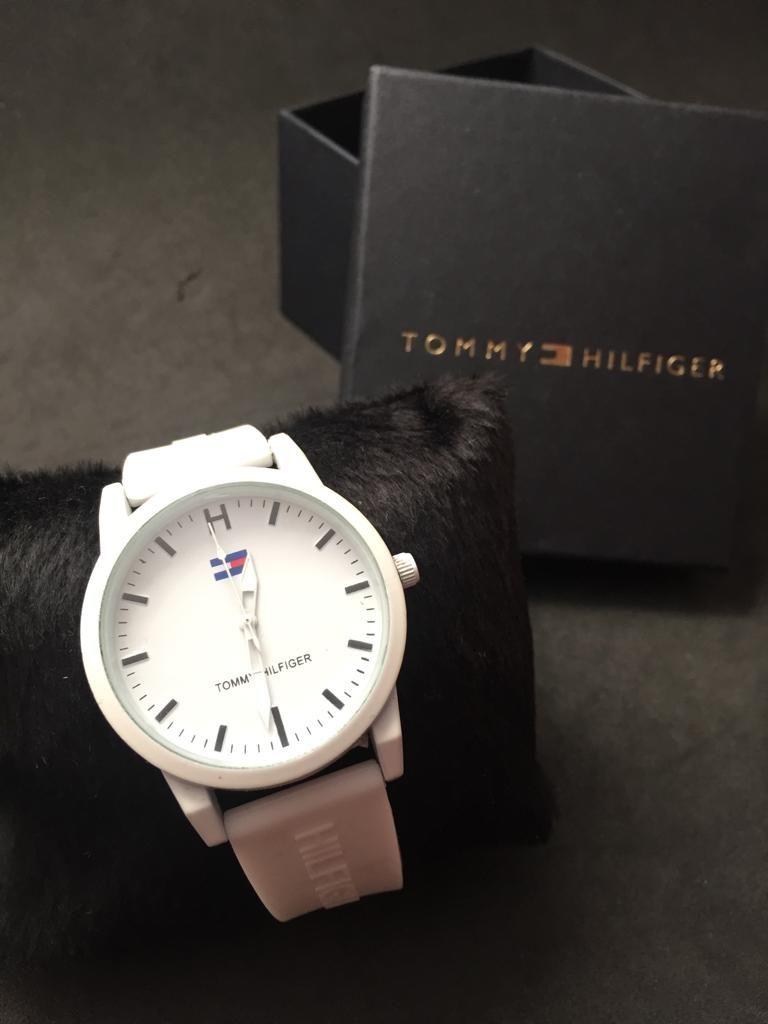 63fb3d674 Relógio Tommy tem as pulseiras emborrachadas , redondo com tela de vidro.  Relógio Tommy Hilfiger