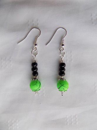 Boucles oreilles fleur réalisées avec : perles rondes verte fluo avec fins traits noirs perles de verre rocaille noire  Boucles oreilles percées montées sur crochet métal  - 11717017
