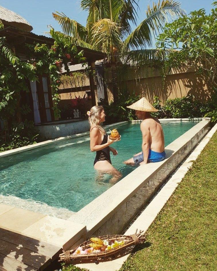 Bali tem muitas Villas charmosas e privativas, a um preço razoável! Ótimas para curtir a lua-de-mel e porque não, um momento a dois celebrando o amor? Quer ver mais dessas villas? Me segue no insta! @thaybelotto #bali #ubud #villas