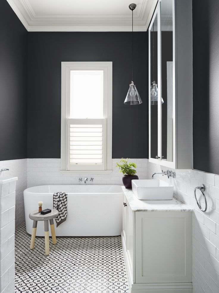 cmo afecta la luz natural al color black and white bathroom