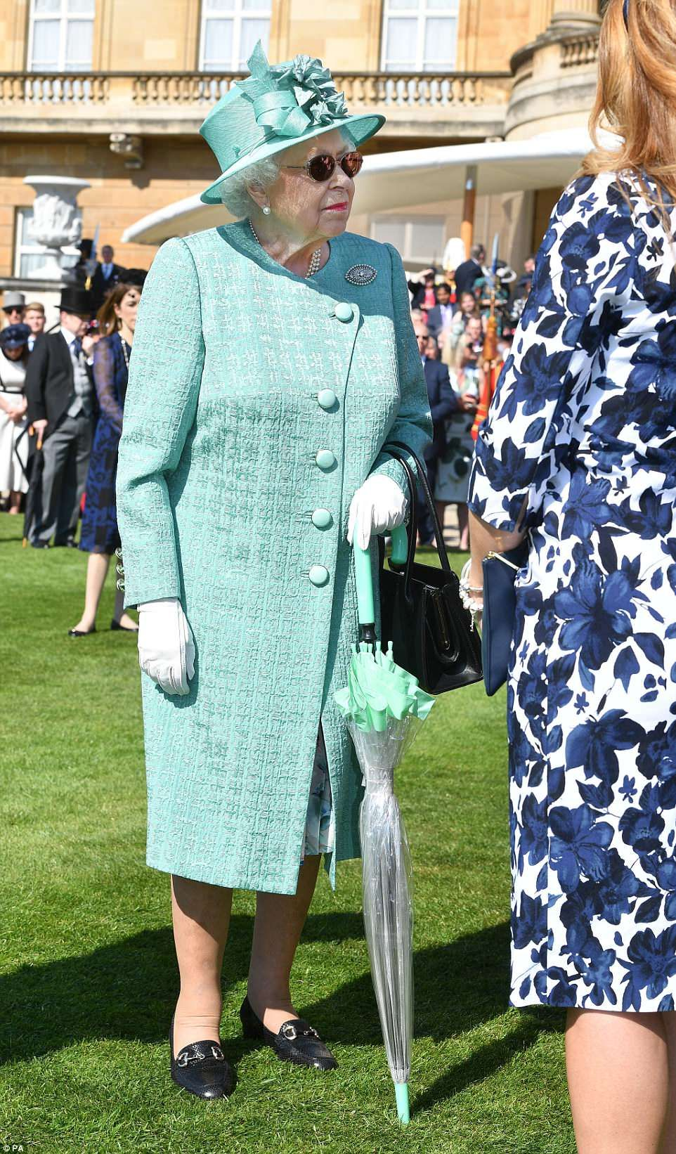 the queen welcomes guests to buckingham palace garden party kings rh pinterest com