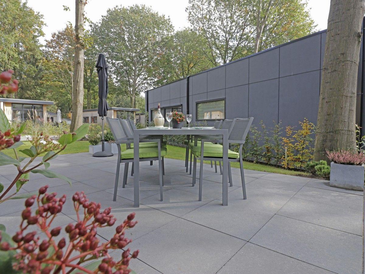 Grijze Tegels Buiten : Nieuw aangelegd terras met grijze tegels die mooi passen bij de