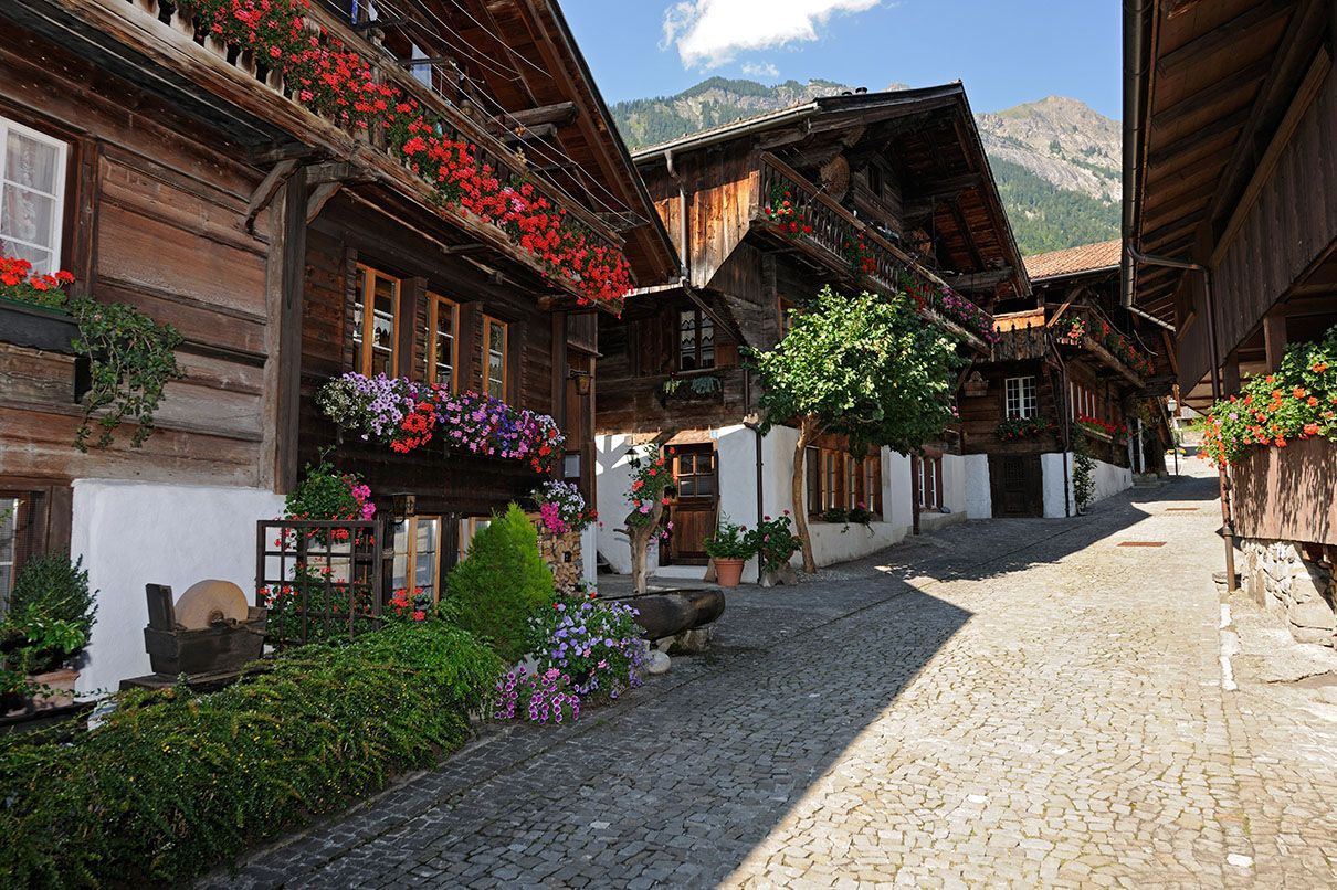 This weeks culture and customs tip leads trough the romantic lanes of the woodcarving village Brienz.