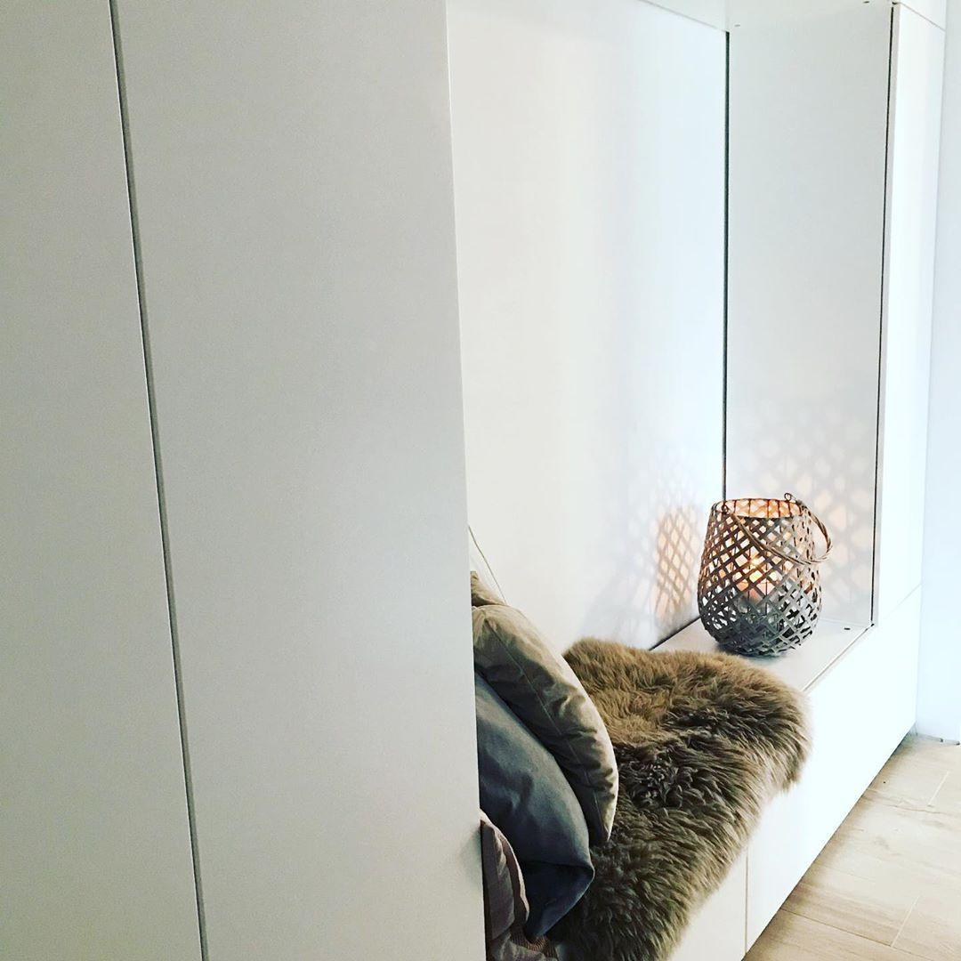 Schwarzer Einbau Garderobenschrank Im Kontrast Zu Den Weissen Wanden Garderobenschrank Garderobe Schrank Flur