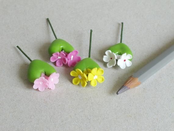 • Faux succulents• Made of air dried clay and wire stems• Colour: Green with white, yellow and pink flowers• 4 pieces per pack - one of each colour• Height: 25 (1