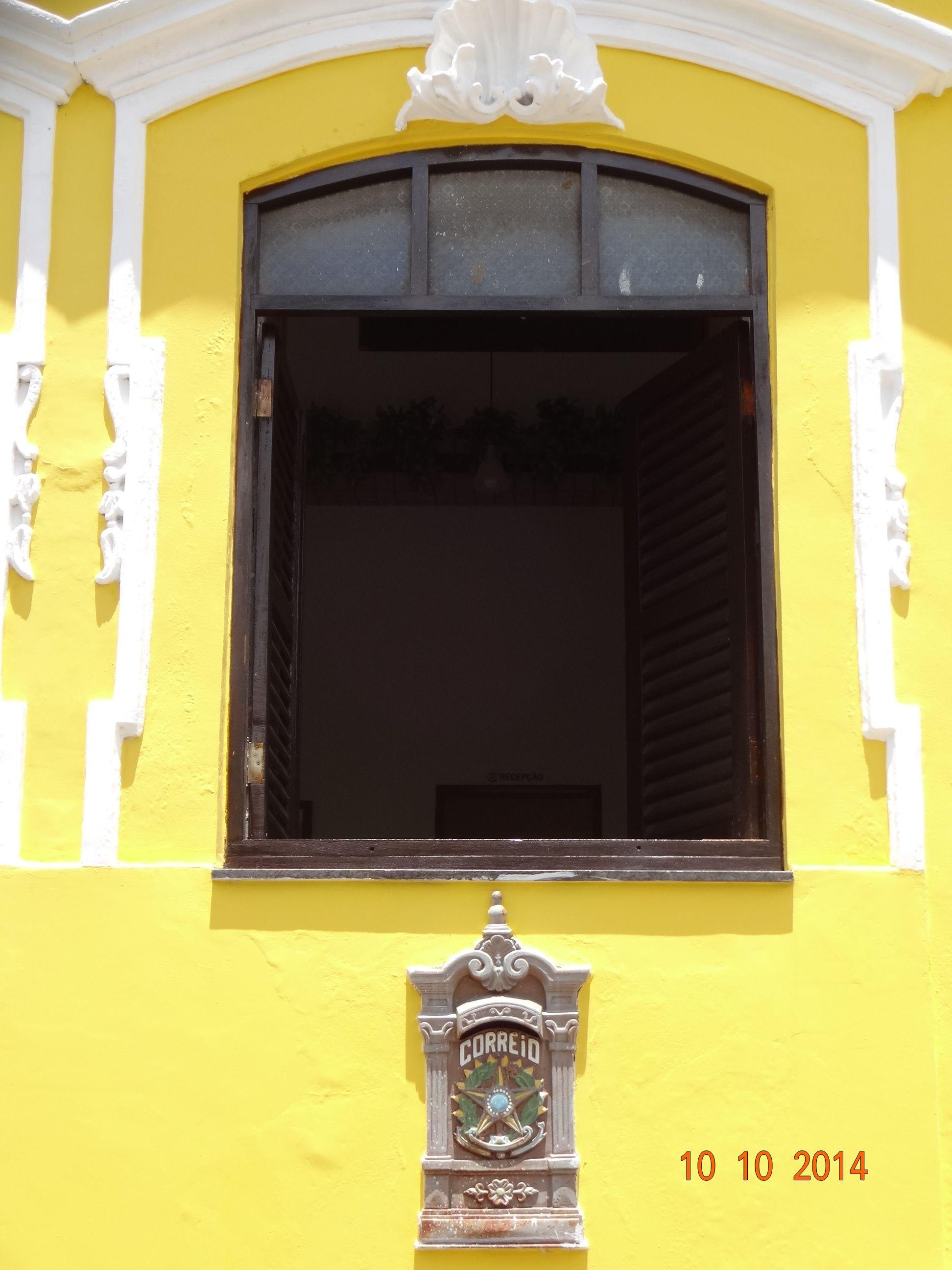 Janela antiga. Parede amarela. Yellow. João Pessoa - Brasil