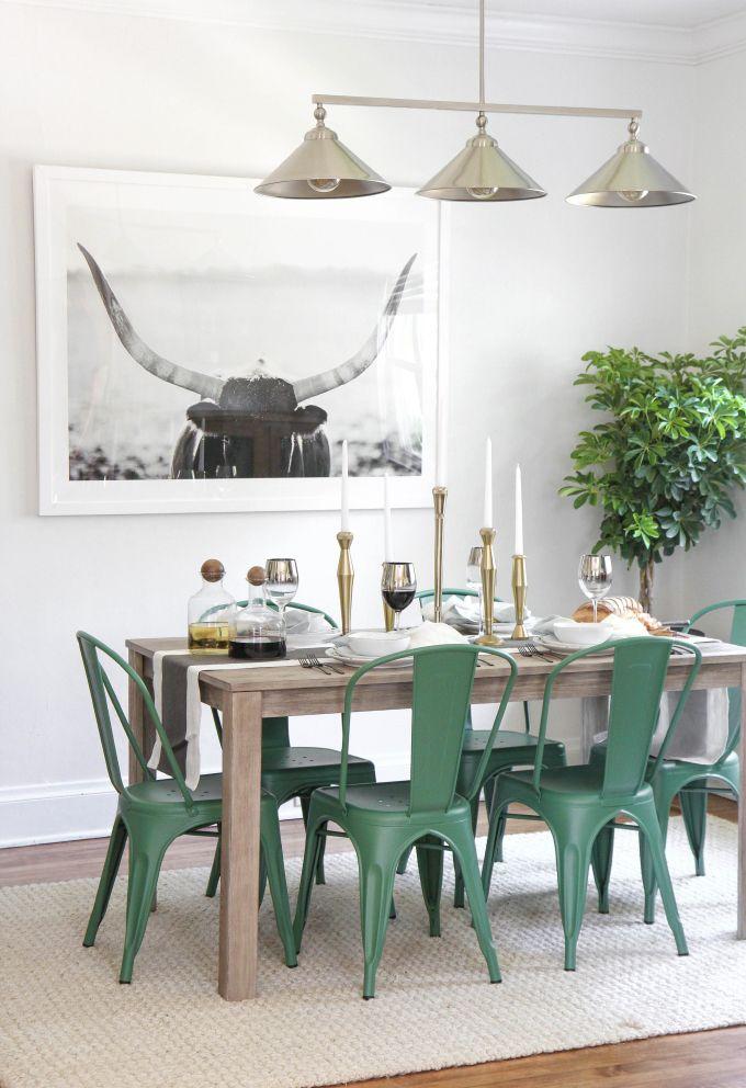 dans cette salle manger tendance les chaises tolix en m tal vert apportent une touche de. Black Bedroom Furniture Sets. Home Design Ideas