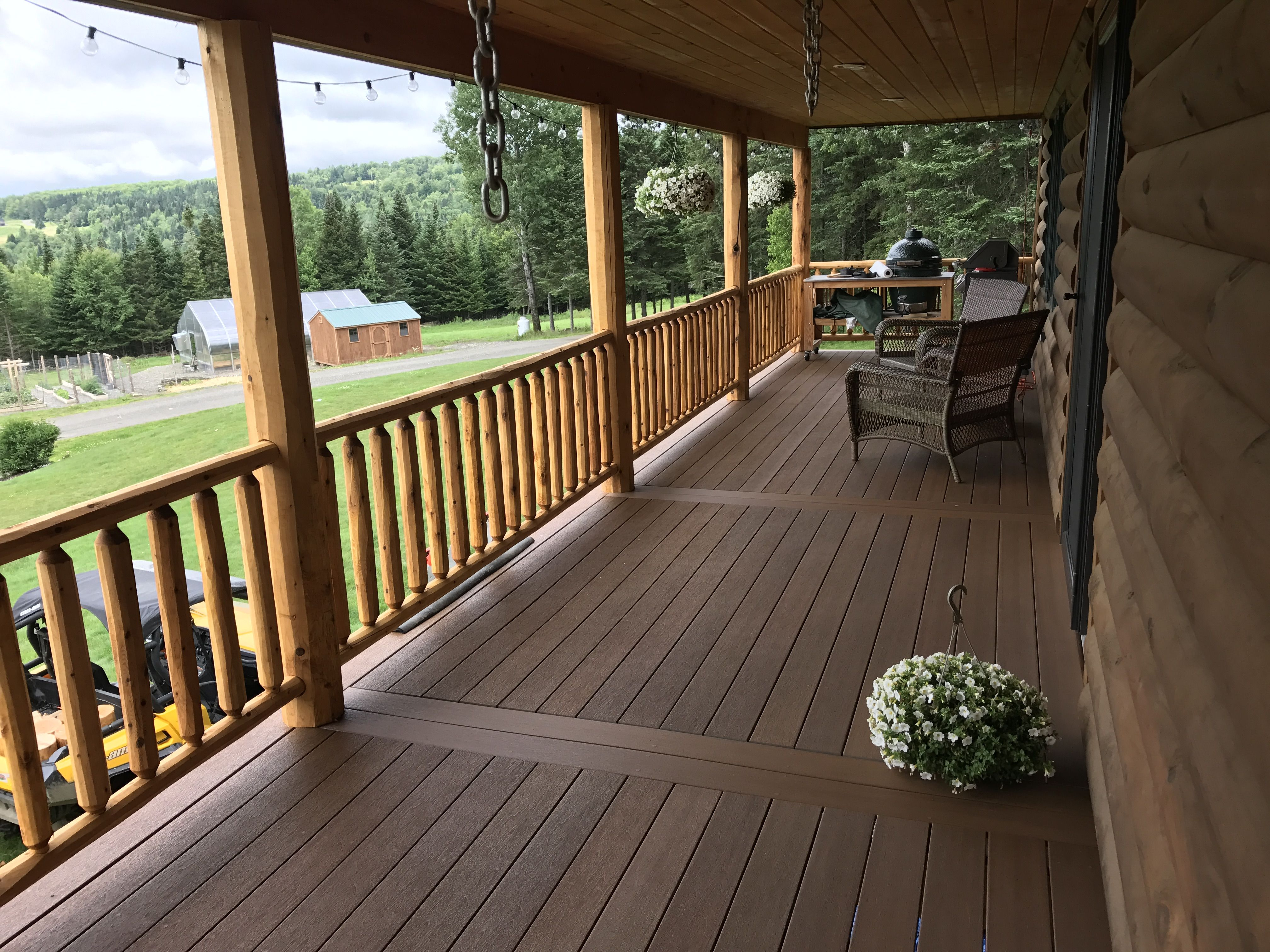A Fiberon Composite Deck Fits Seamlessly Into This Striking Log Cabin With All The Natural Beauty Of Har Patio Design Composite Decking Smoky Mountains Cabins