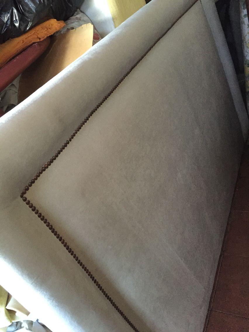 Respaldo tapizado en felpa con tachas .