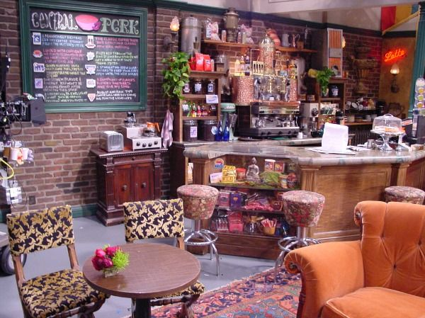25 Things You Didn T Know About The Sets On Friends Friends Apartment Friends Cafe Friends Central Perk