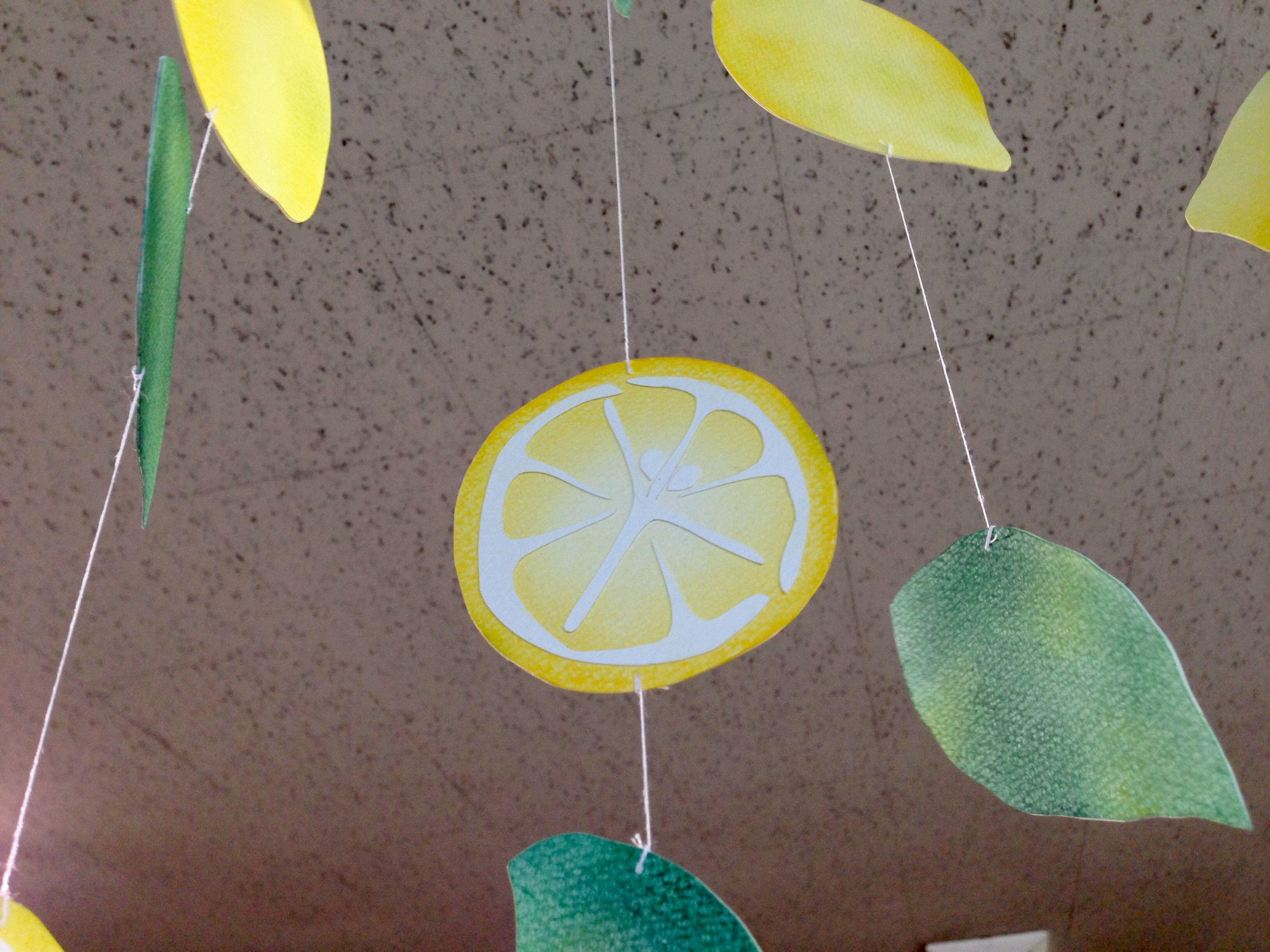 レモンのモビール レモンや葉っぱの形に切った画用紙にパステルで