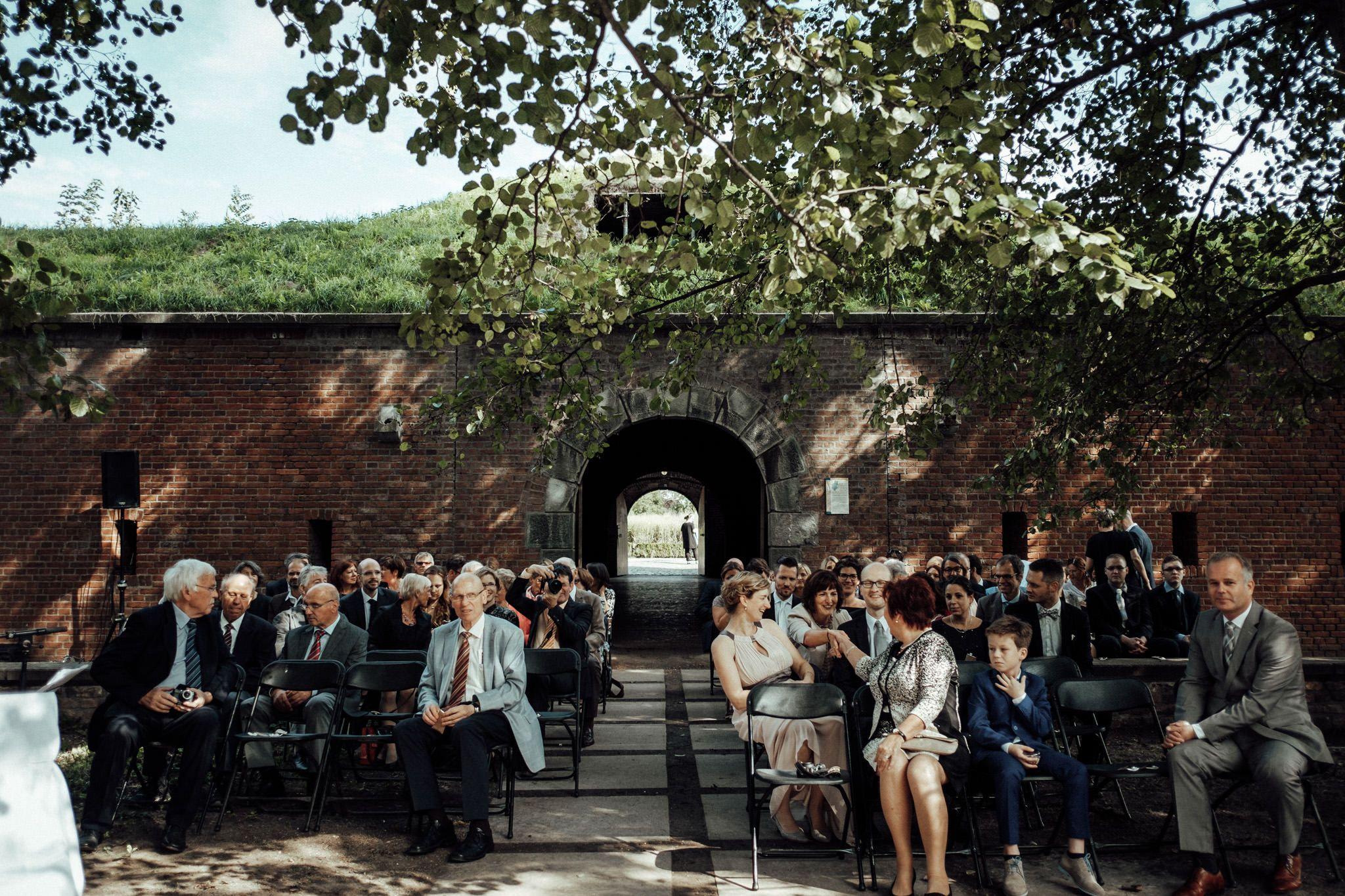 Freie Trauung An Der Rur Trauung Unter Freiem Himmel In Nrw Bruckenkopf Park Julich Aussergewohnlich Hochzeitsfotograf Hochzeitslocation Hochzeitsfotos