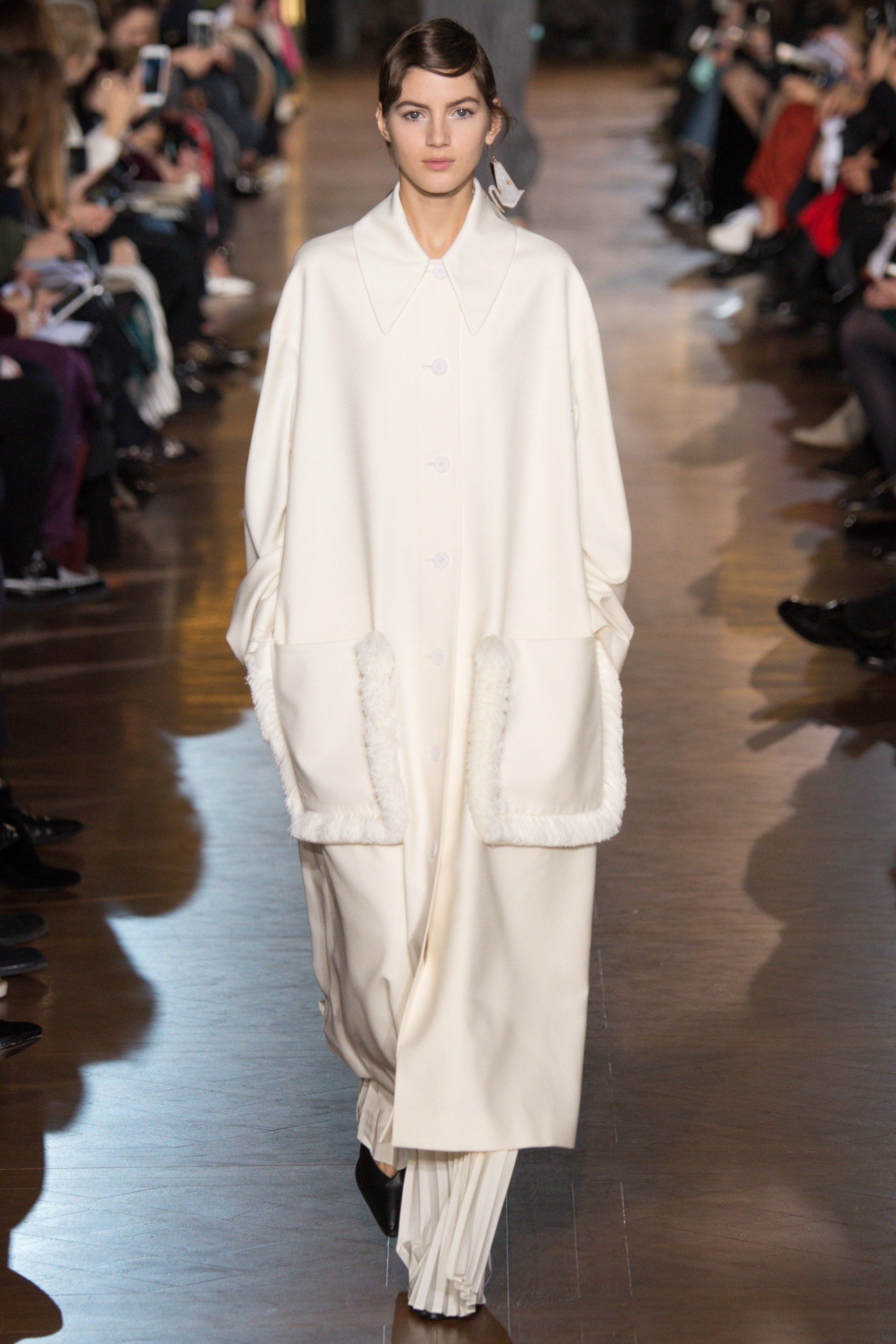 This coat is perfect!   Stella McCartney Fall 2016 Ready-to-Wear Fashion Show