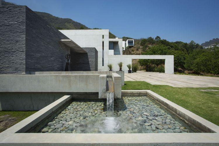 Wasserkaskaden aus Granit und Beton im Garten Architektur