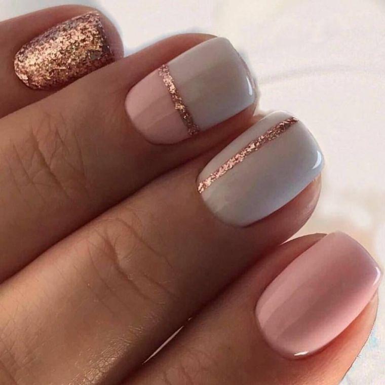 unghie gel rosa, proposta elegante e adatta alle feste grazie alle  decorazioni dorate