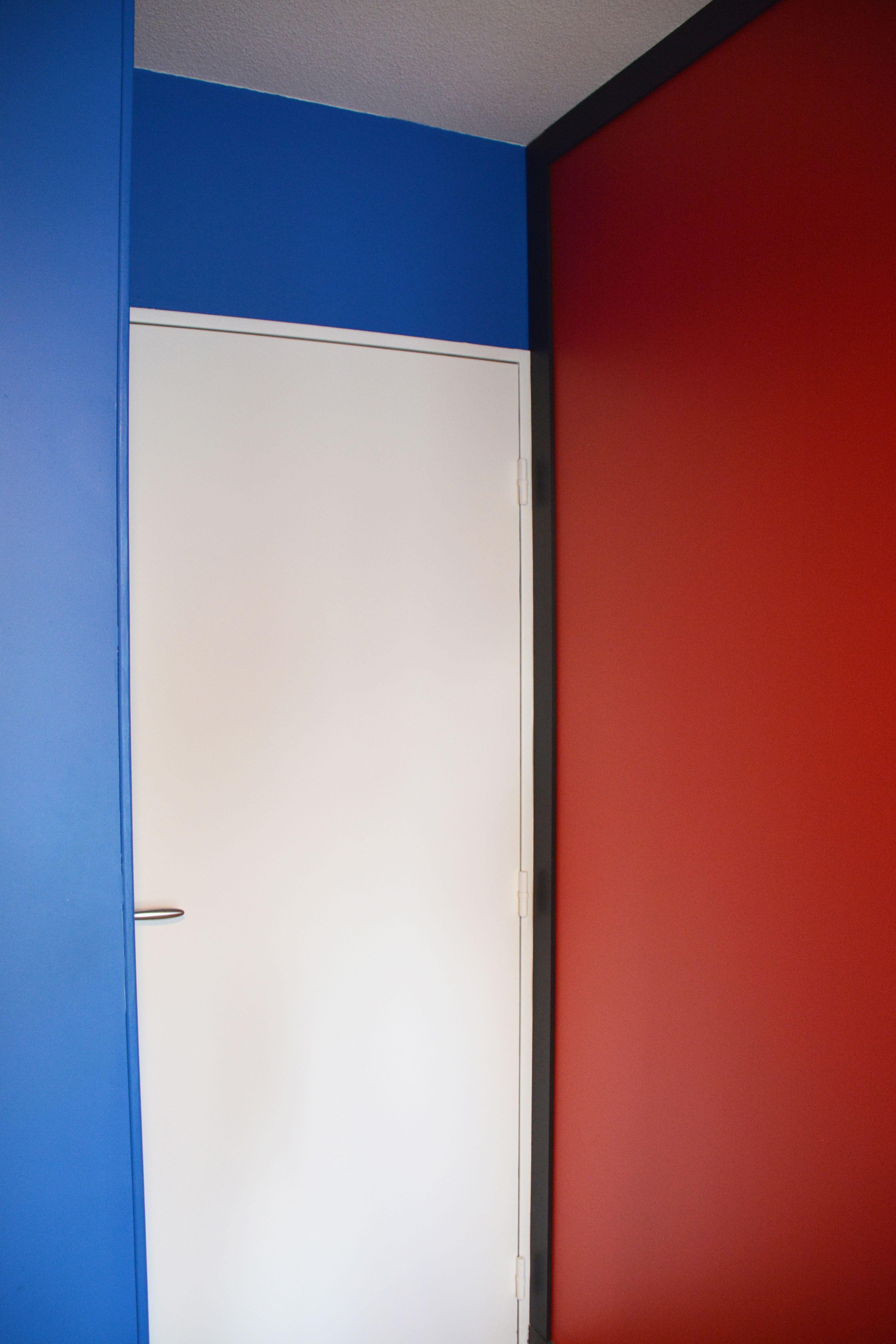 Jeu De Peinture Bleu Rouge Noir Et Blanc Pour Une Chambre Décorée Sur Le  Thème De