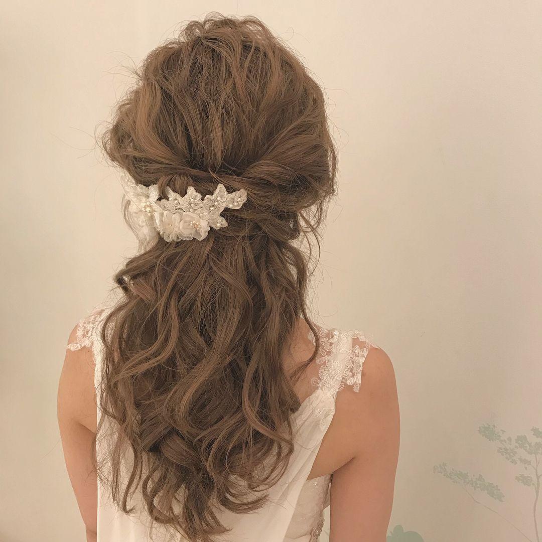 Weddinghair ウェディングヘア ボリューミィハーフアップアレンジ 後れ毛 ハーフアップ ボンネ Wedding Hairstyles Bridalhair ヘアアレンジ 洋装ハーフアップ ゆるめにまとめて後れ毛を残します 結婚式 ヘアスタイル お呼ばれ 髪型 ハーフアップ