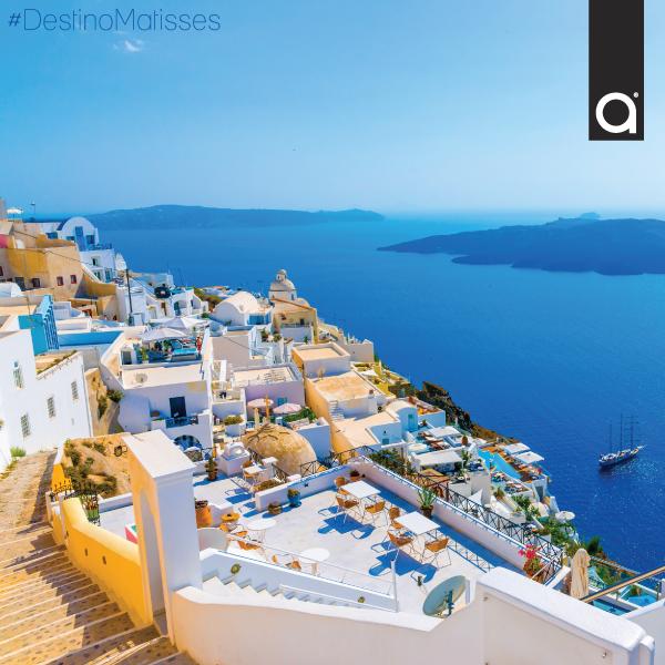 Santorini es un pequeño archipiélago ubicado al sureste de Grecia. Es uno de los atractivos turísticos de Europa. Llama la atención sus estrechas calles empinadas adornadas con casas blancas con vista al acantilado. ¿Con quién viajarías a este lugar?