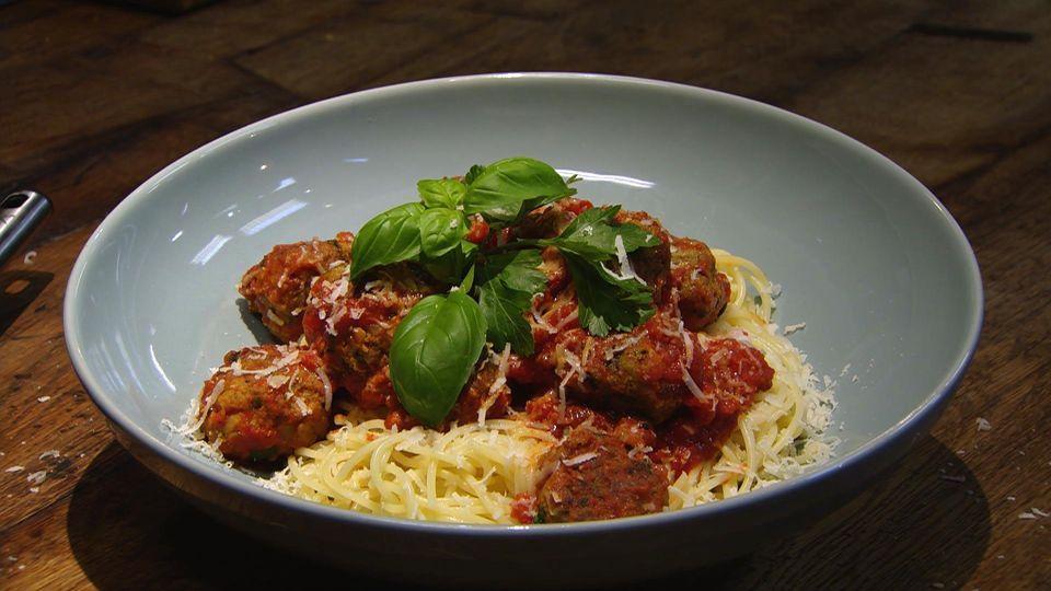 Spaghetti Mit Hackballchen Das Rezept Aus Essen Trinken Fur Jeden Tag Essensrezepte Rezepte Essen Und Trinken