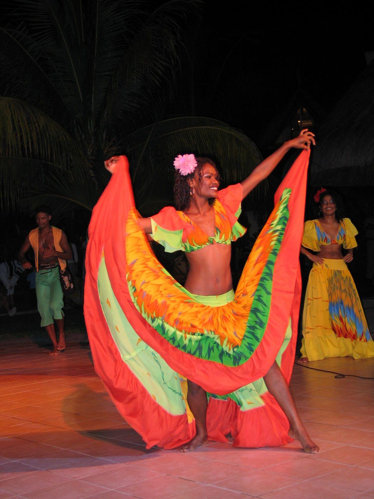 Jeune femme dansant aux sons du Maloya