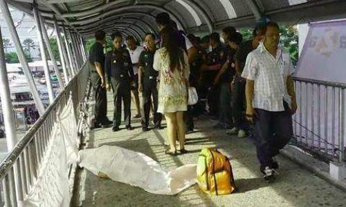 สลด!! สาวเป็นลมช็อกดับกลางสะพานลอยหน้าห้างดัง คาดอากาศร้อนจัด!! | สำนักข่าวทีนิวส์