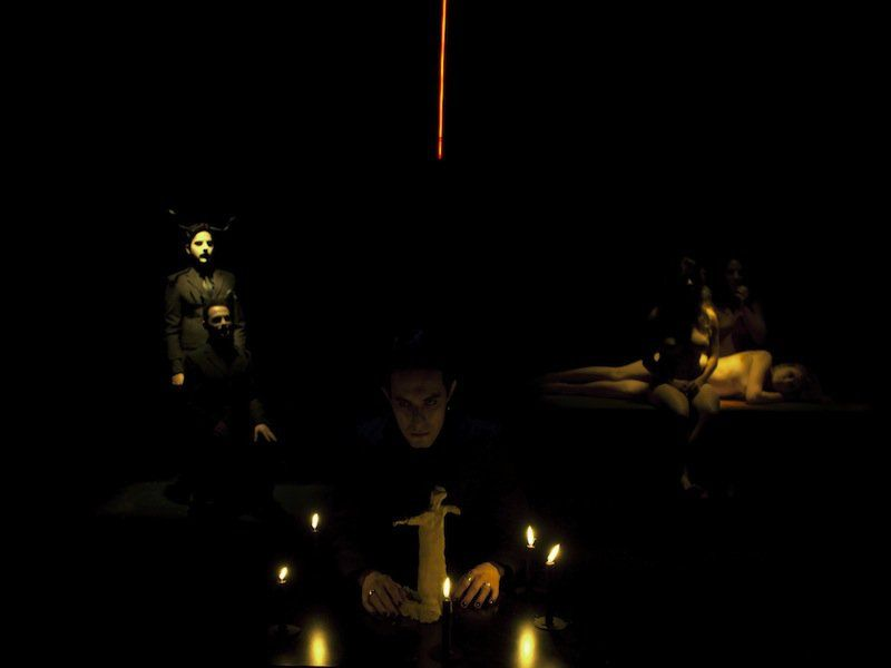 """A peça """"Grimorium"""" cumpre temporada no Club Noir fechando a programação da Mostra Brasileira de Dramaturgia Contemporânea."""