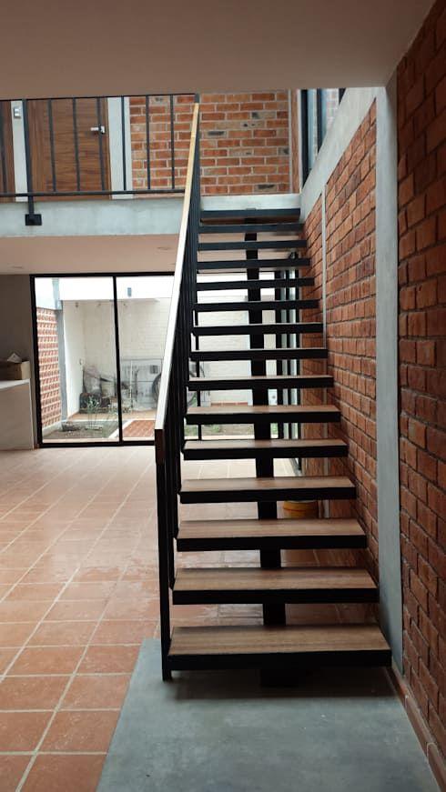 Casa moderna construida con materiales tradicionales - Diseno de escaleras interiores ...