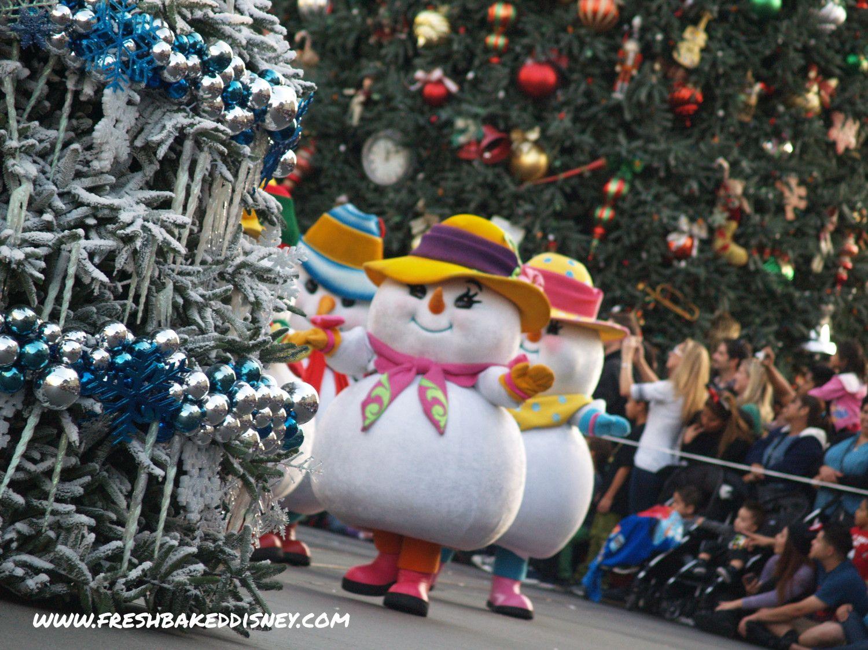 Disney Christmas Parade.Adorable Snowmen At The Disneyland Christmas Parade Fresh