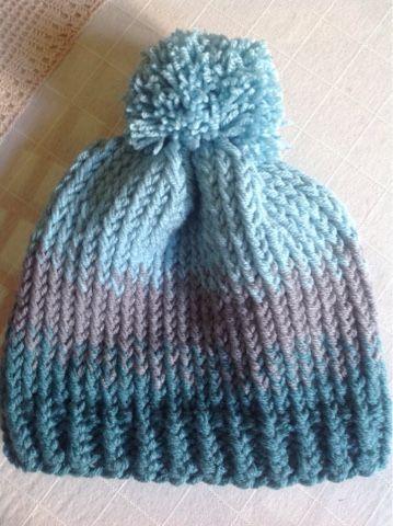 Para hacer este gorro de lana necesitas  - Agujas circulares de 7 y 8 mm.  Cable de 40 cm. - Lana en tres tonalidades. He empleado tres ovil. b19e031d2f7