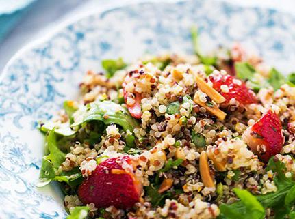 Te compartimos esta nutritiva y refrescante ensalada de quinoa y fresa!! #VIVRI #receta #RetoVIVRI #ensalada #delicioso #comida #quinoa #horadecomer #nutritivo #saludable