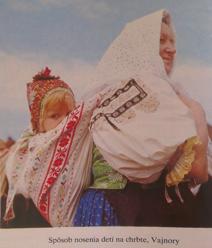 Sposob nosenia deti na chrbte, Vajnory. Zdroj: Slovensky ludovy odev (Viera Nosalova),