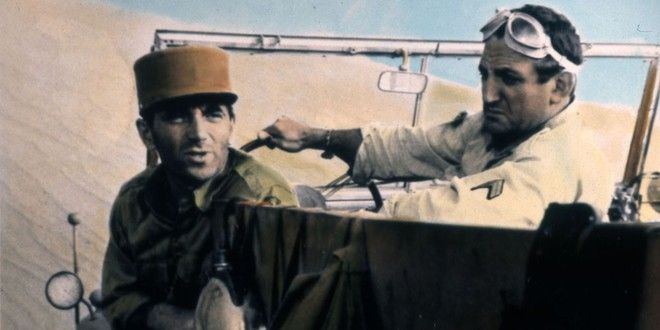 """Charles Aznavour et Lino Ventura dans """"Un Taxi pour Tobrouk"""", en 1960"""