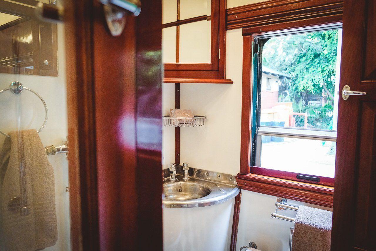 Rovos Rail Sudafrika Glamouros Von Pretoria Nach Kapstadt Mit Dem Luxuriosesten Zug Von Afrika In 2020 With Images Bathroom Mirror Decor Framed Bathroom Mirror