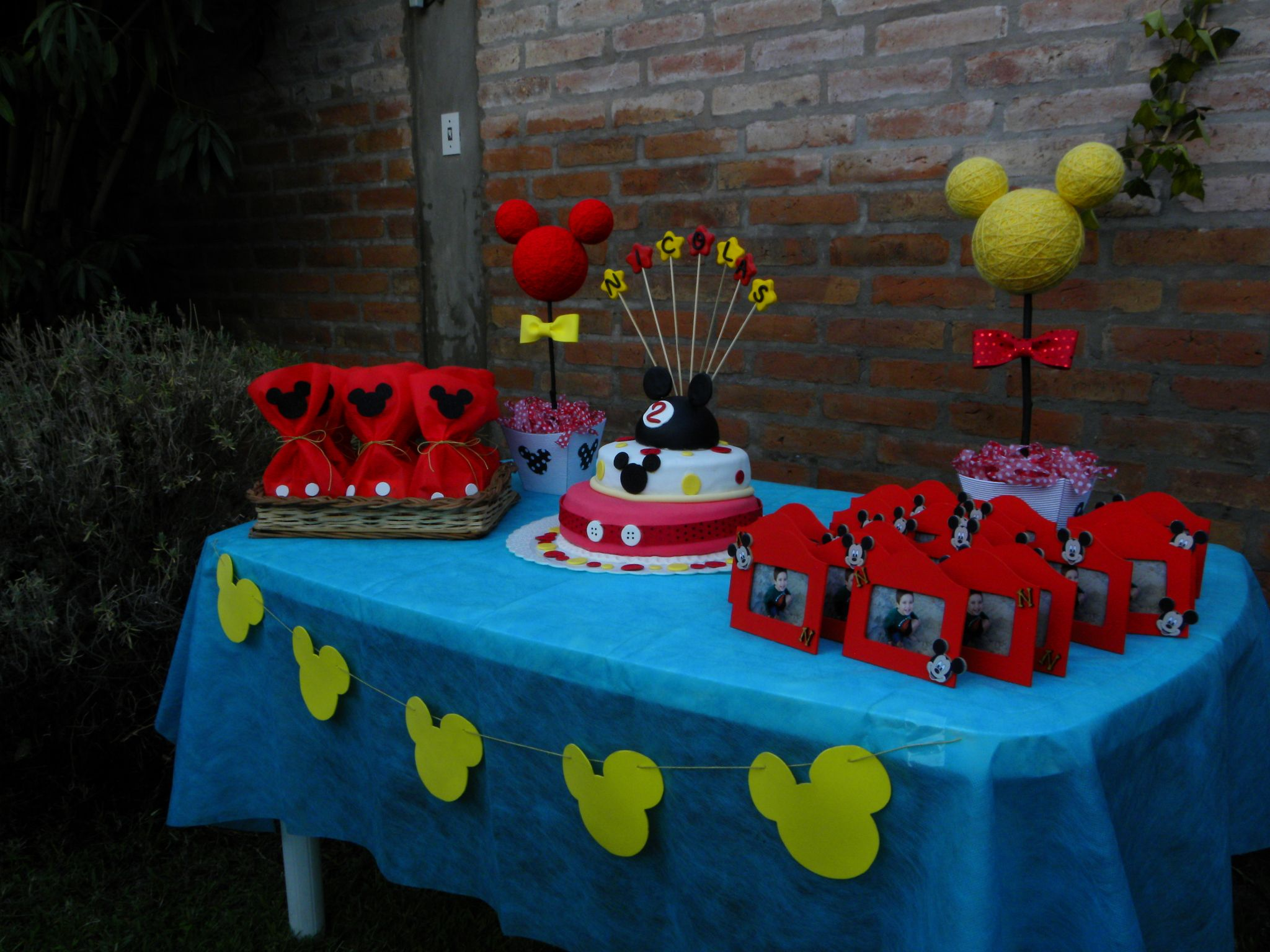 Mickey Mouse Birthday Table Set Up Goodie Bags Cake And Souvenirs Mickey Mouse Birthday Happy Birthday Kids Minnie Birthday
