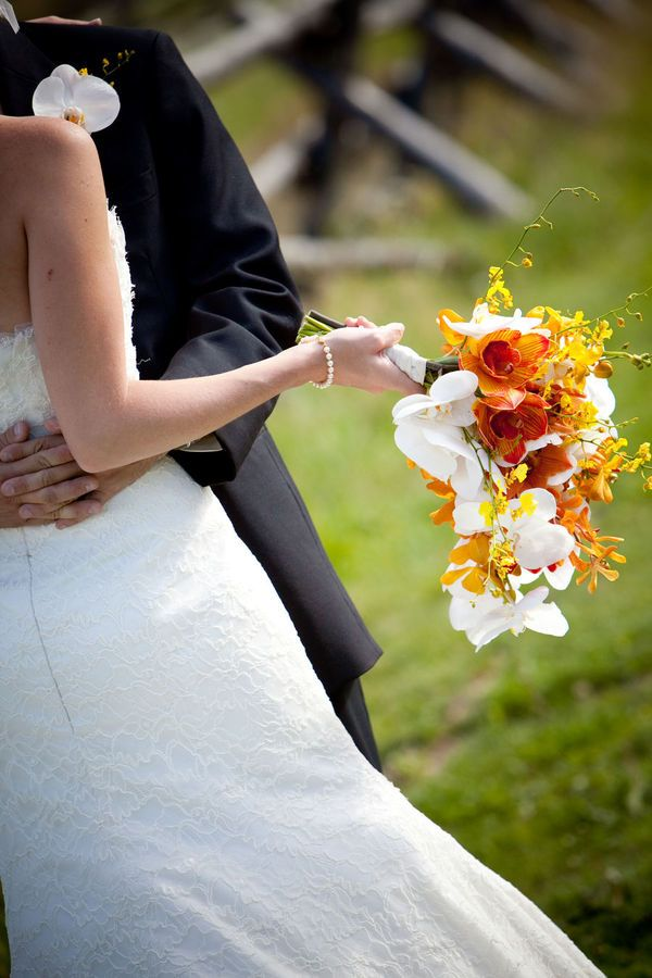 Ramo de novia con caída, de orquídeas :: Bridal orchids bouquet by Plum Sage Flowers