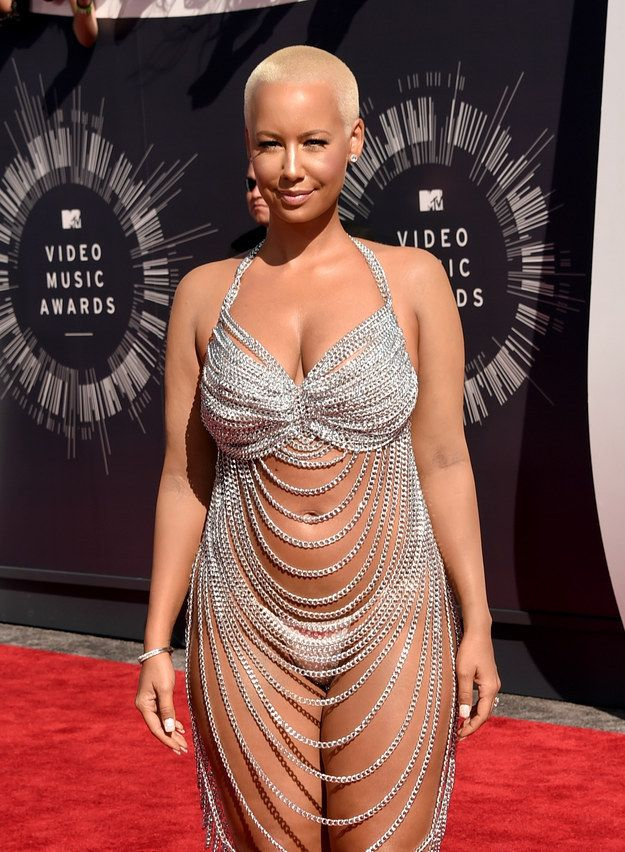 Amber Rose Showed Up To The Vmas Dressed As Rose Mcgowan Revealing Dresses Vmas Dress Amber Rose