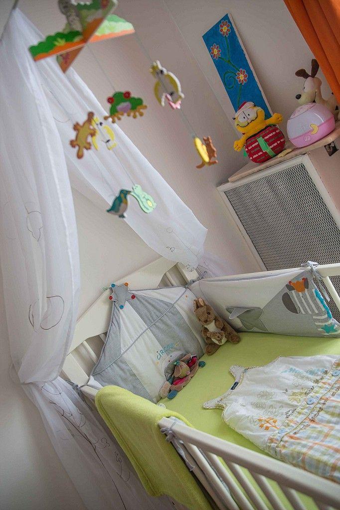 Chambre de bébé blanche, orange et verte : lit bébé avec ciel de ...