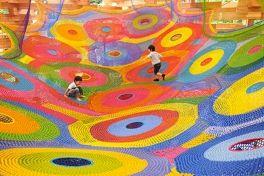 Toshiko Horiuchi é uma artista japonesa que criou o primeiro playground com crochê no Museu a Céu Aberto de Hakone na cidade de Sapporo no Japão.