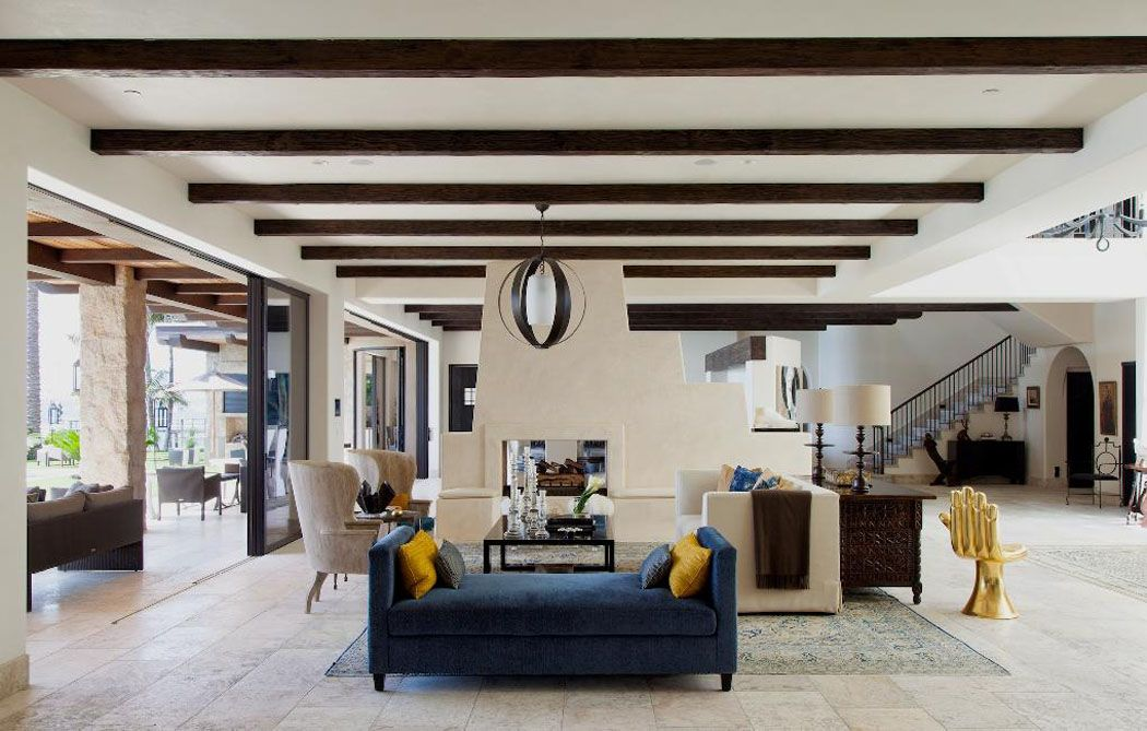 La pièce principale de ce ranch américain moderne avec les poutres apparentes et les grandes baies vitrées