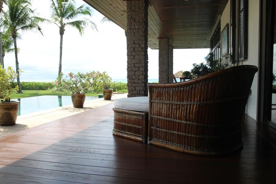 Terrasse au bord de la piscine mobilier bambou et terrasse en bois for Mobilier decoration maison