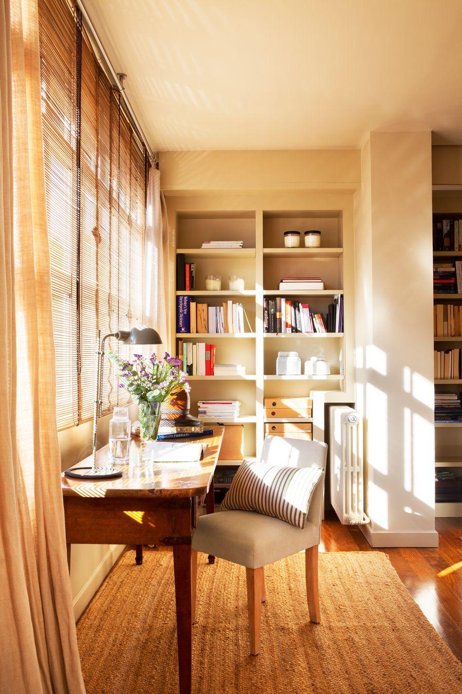 Escritorio de madera en galer a con librer a y alfombra for Ideas despacho en casa