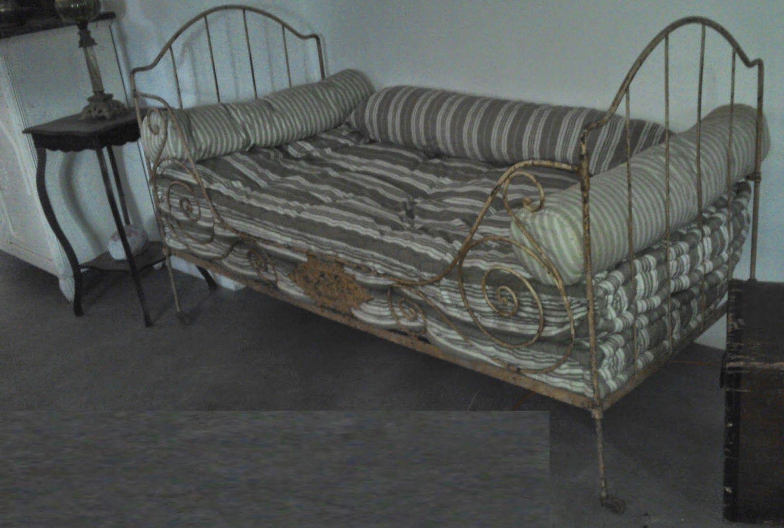 Lit Fer Forge Blanc Place Personne Conforama Pas Cher Noir Ancien En Raison De Petit Exterieur Decoration Murale Furniture Home Decor Chaise Lounge