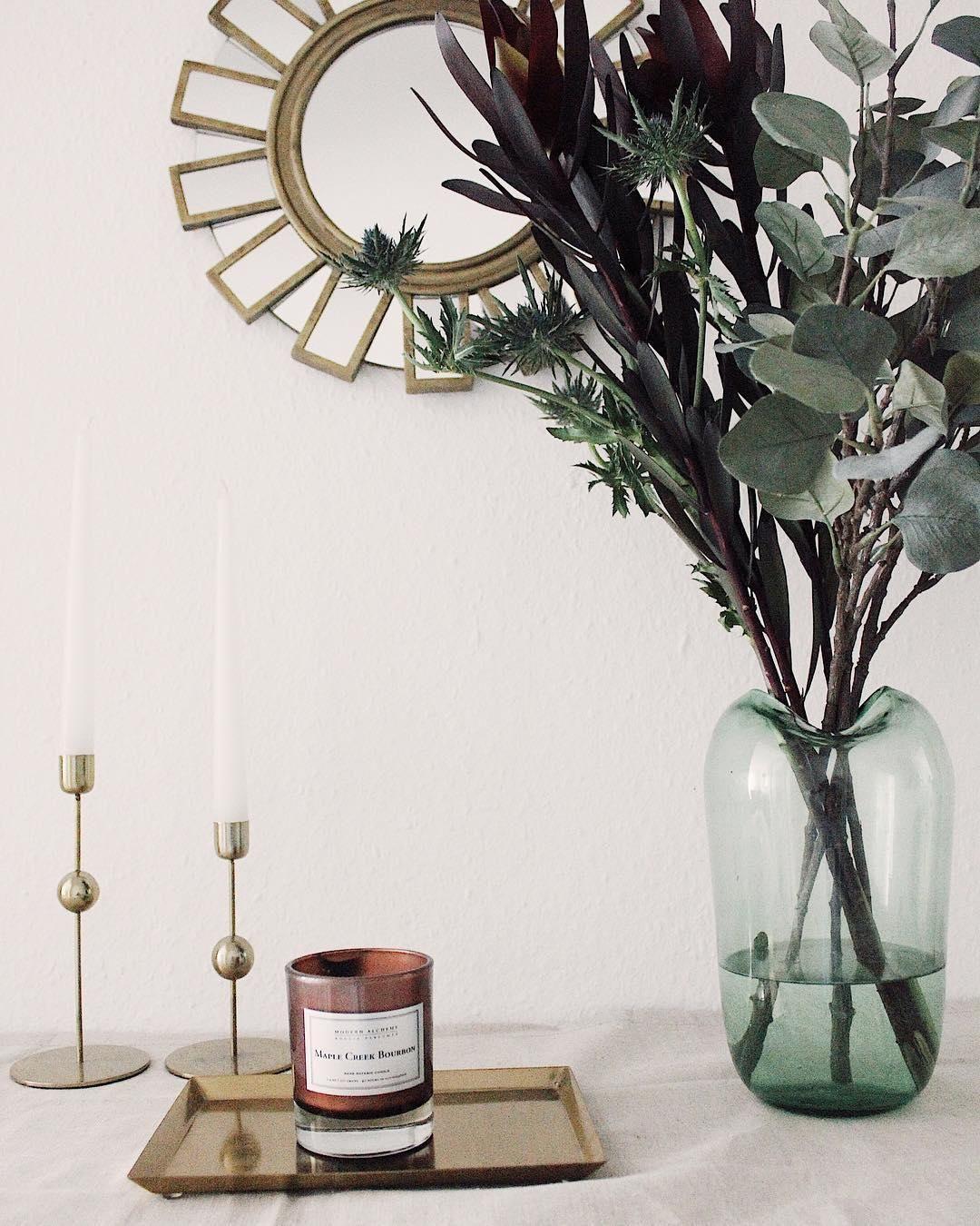 Esszimmer ideen mit spiegeln wunderschöne details ein goldener spiegel elegante kerzenhalter