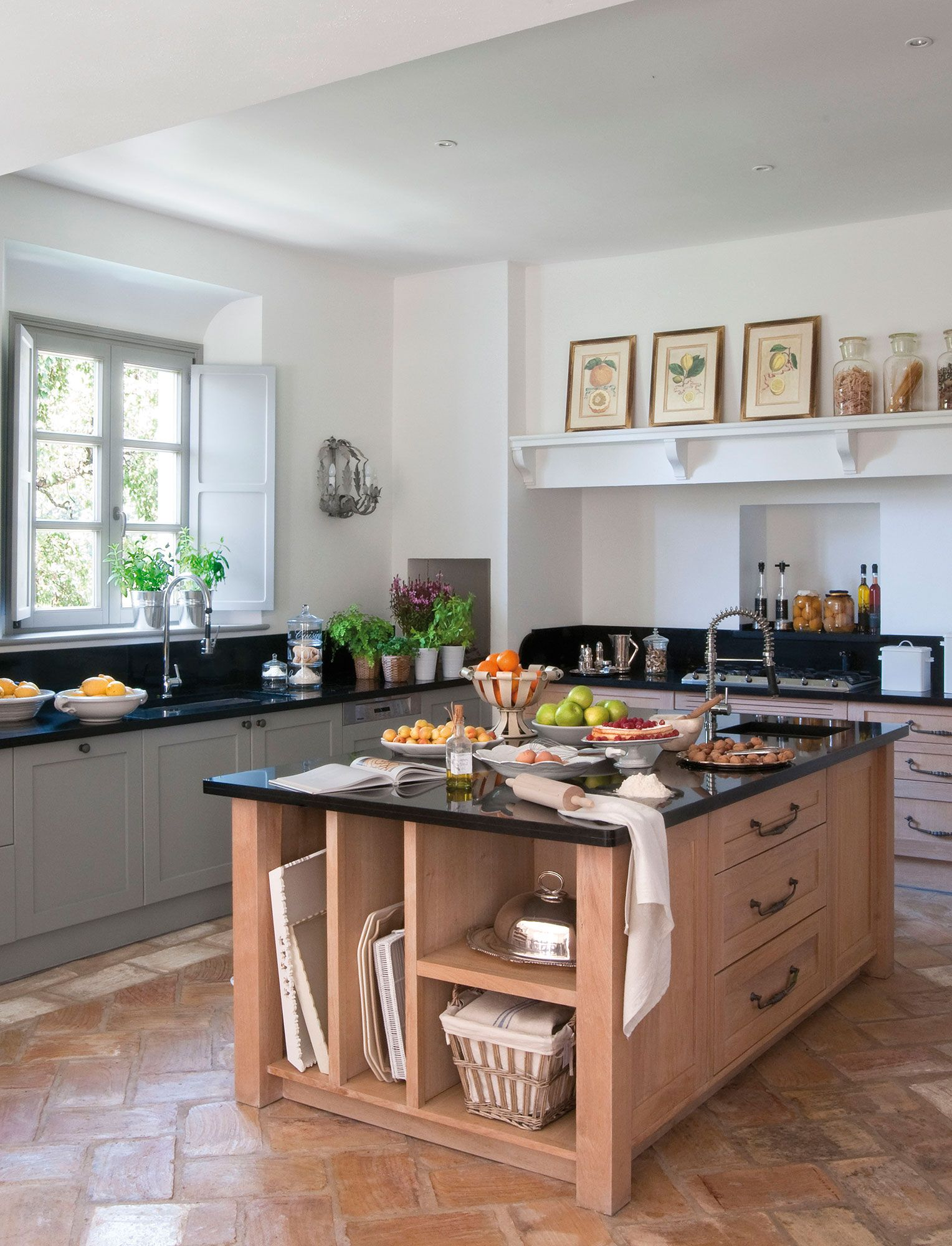 cocina con isla de madera de roble y encimera negra