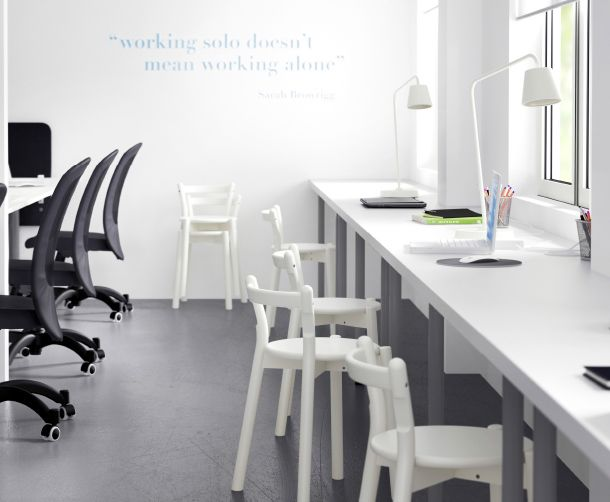 Sedie Gialle Ikea : Soluzione con più tavoli lungo la parete con sedie bianche e