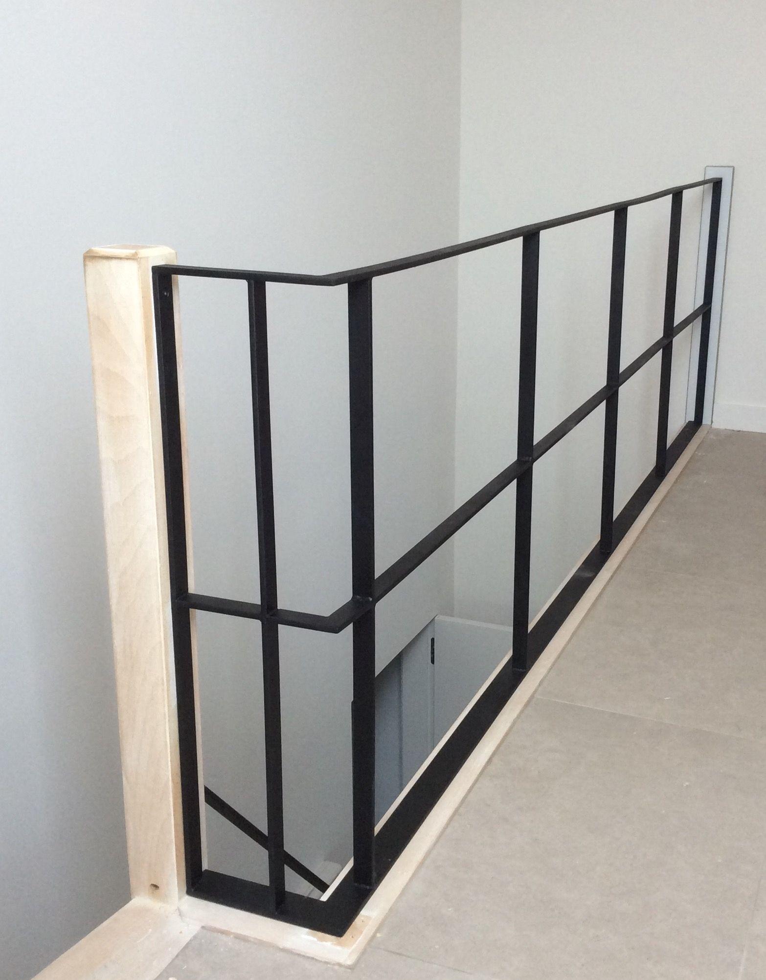 Strakke trapleuning en bijhorende balustrade in zwarte for Balustrade trap