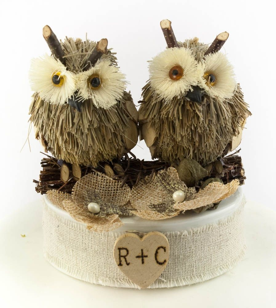 <p> This lovely rustic cake topper showcases a pair of cute owls on an white porcelain base decorated with a small wooden heart with custom monogram initials and brown burlap flowers.</p>