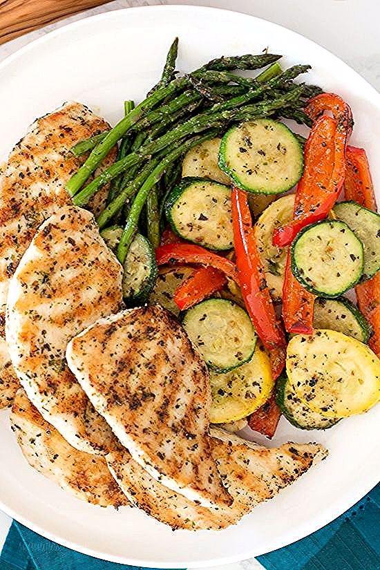 Cette recette de poulet et de légumes grillés à l'ail et aux herbes coche toutes les cases - rapide, facile, délicieuse et faible en glucides!