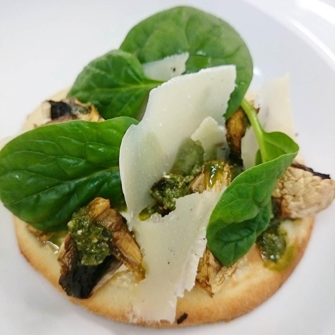 Petit pain forestier. #menubistronomique #pâteàpain #champignon #parmesan #pesto #mascarpone #épinard #Food #Foodista #PornFood #Cuisine #Yummy #Cooking
